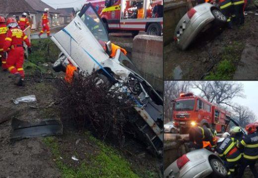 Totálkár: ki kellett menteni az autóba szorult 85 éves férfit