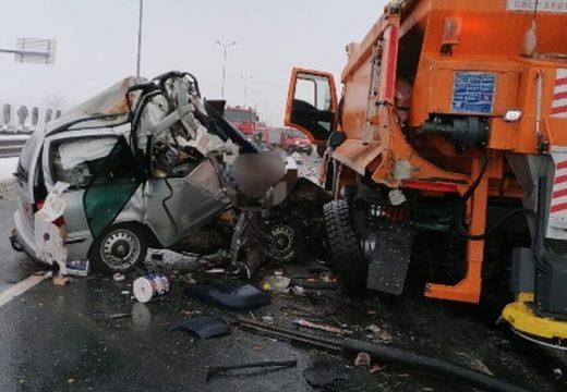 Hóeltakarító munkagépnek ütközött – 3 halott
