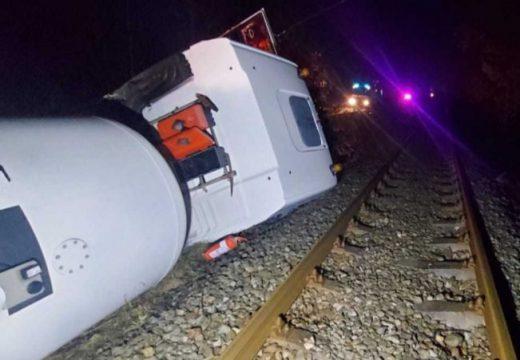 Felborult tartálykocsi akadályozta a közúti és vasúti forgalmat is