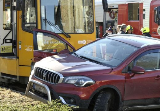 Az autó a villamossínekre került