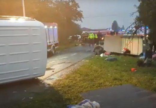 Kisbusz és személygépkocsi ütközött – 23 sérült