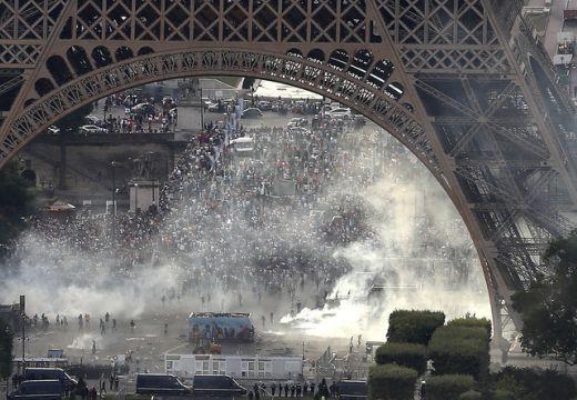 Könnygázt vetettek be a francia rendőrök Eiffel-toronynál