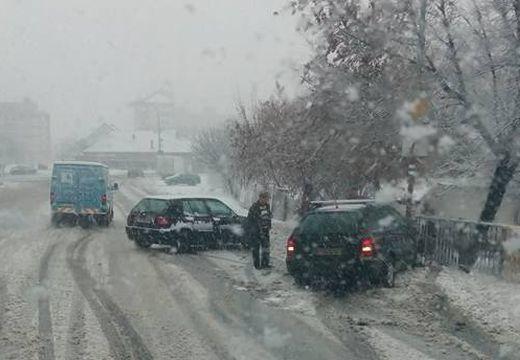 Balesetek Marosvásárhelyen a hó miatt – áll a forgalom a balavásári dombon