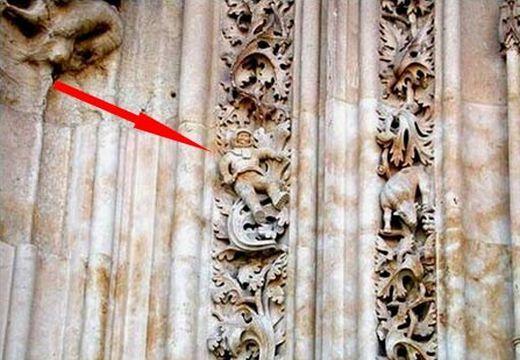 Hogyan kerülhetett egy űrhajós figura a 12. századi spanyol katedrális homlokzatára?