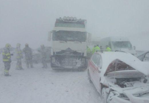 Tömegbaleset Szlovákiában: 40 autó ütközött, sok a sérült