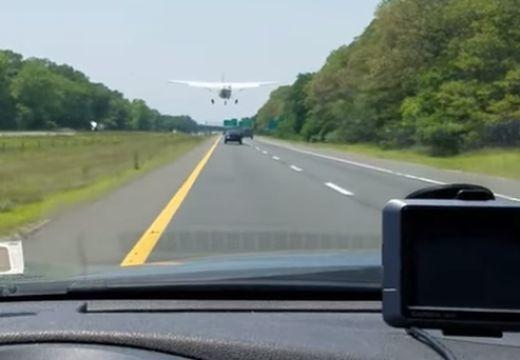 Már megint az autópályán landolt egy repülőgép – videó!