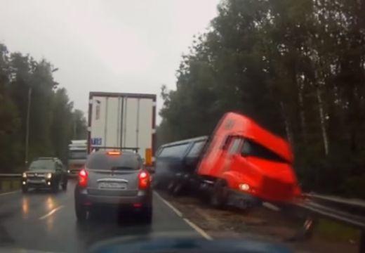 Rémület: forgalommal szembe hajtott egy több tonnás kamion – videó!