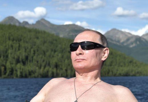 Elnöki vetkőzés: megunta a pólót, kidobta a kockáit a napra Putyin – fotók