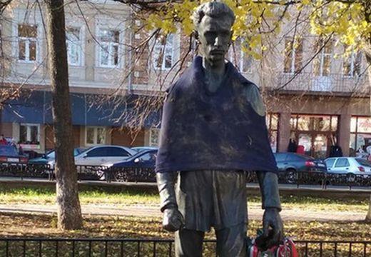 Durva tréfát űztek Petőfi szobrával