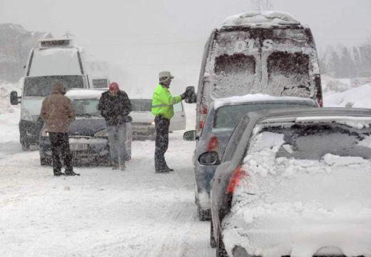 """A """"reménytelen"""" utakat nem takarítják – elvágta a hó Bukarestet a tengerparttól"""