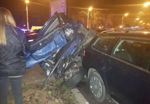 Tizenegy parkoló gépkocsit rongált meg egy nő, miután autójával kidöntött egy betonoszlopot