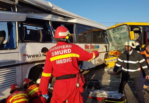Két busz ütközése: 12 sérült – 1 utas a roncsok alá került