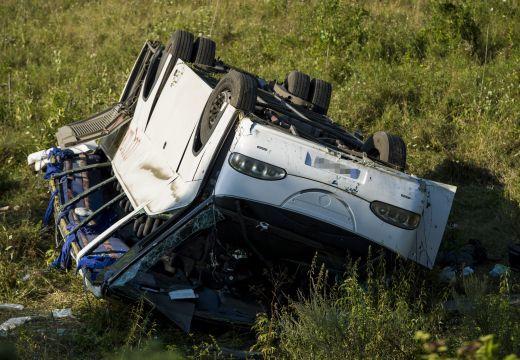 Felborult egy 12 utast szállító kisbusz Szászrégen kijáratánál