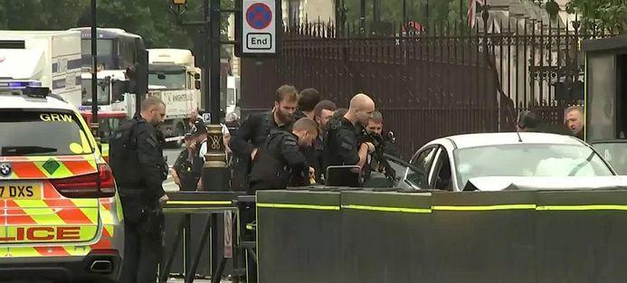 Terrorcselekmény vagy baleset? A biztonsági kordonokba hajtott egy autós a londoni parlamentnél