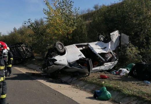Felborult kisbusz: 1 ember meghalt, 15 megsérült