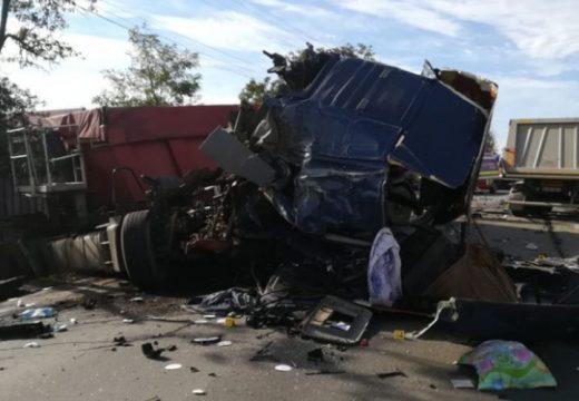 Totálkár. Frontálisan ütközött két teherautó