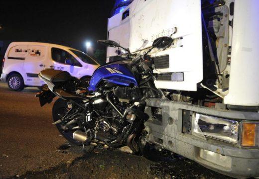 Beleállt a motorkerékpár a teherautóba