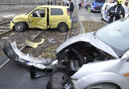 A villamossíneken ütközött két autó