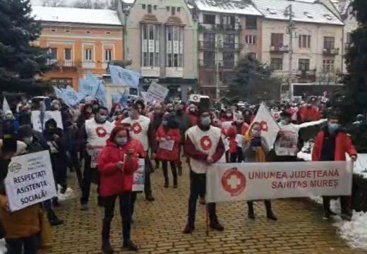 Egészségügyi dolgozók tüntettek Marosvásárhelyen