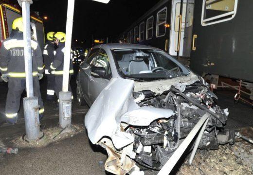 Vonat és személygépkocsi ütközött